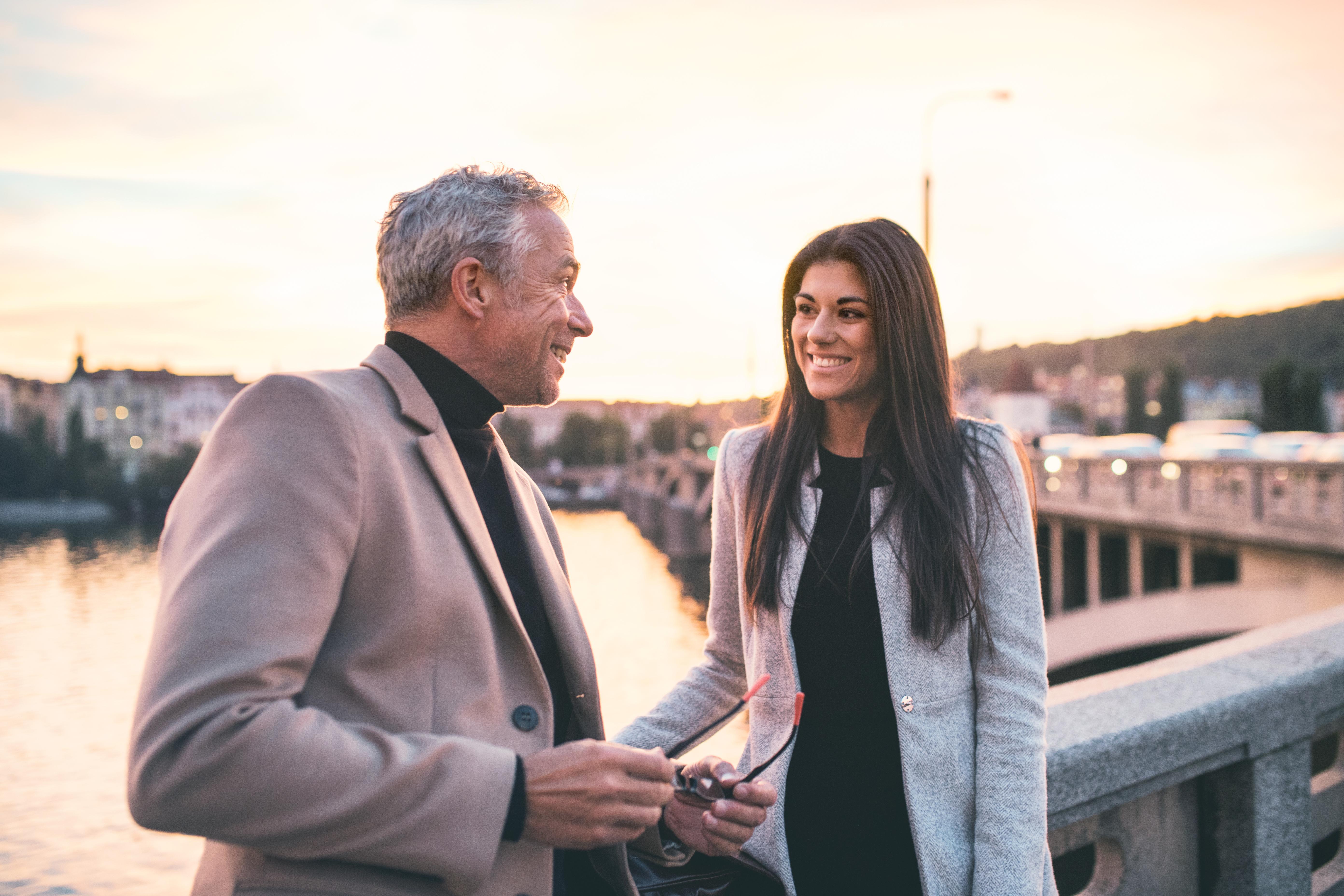 Spotyka się ze starszym mężczyzną, który nie chce się żenić